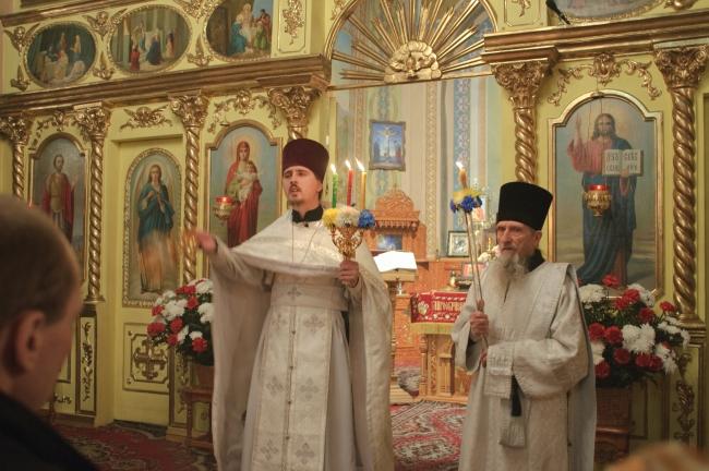 Кадя народ, протоиерей Виталий приветствует молящихся словами: «Христос воскресе!»