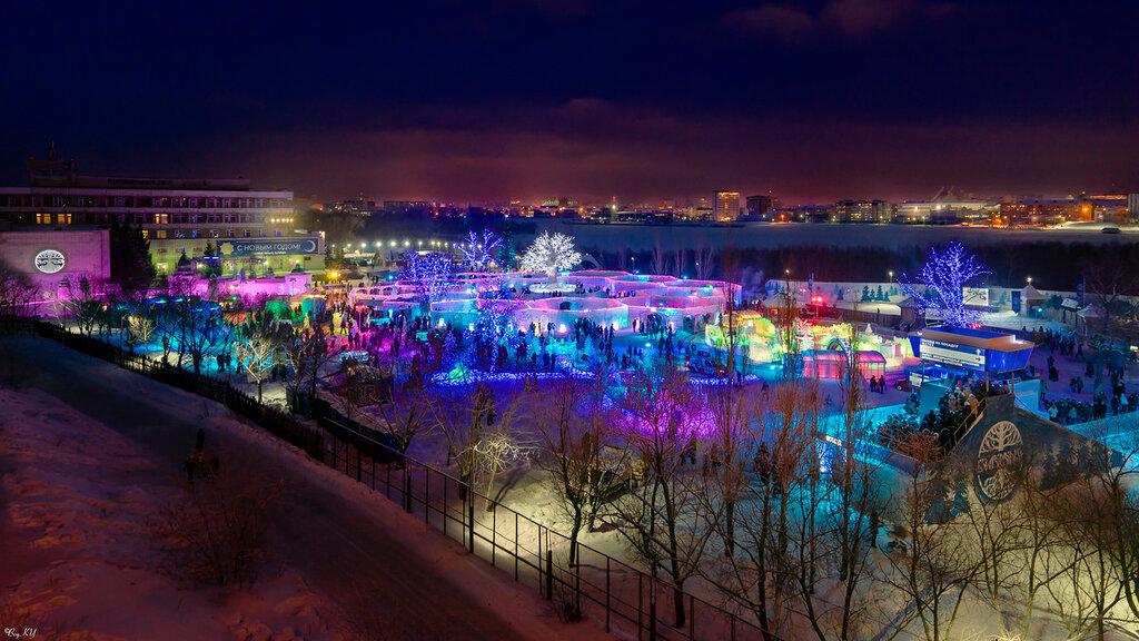 Вид на ледовый городок и правобережье Омска за Иртышом