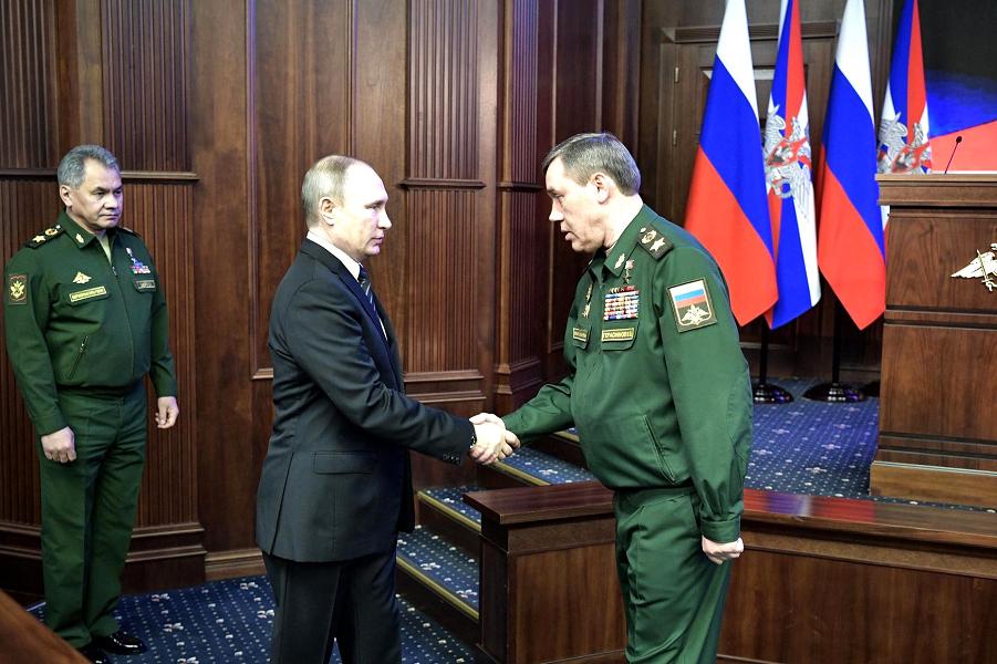 Начальник Генштаба Герасимов встречает Путина на коллегии МО 22.12.16.png