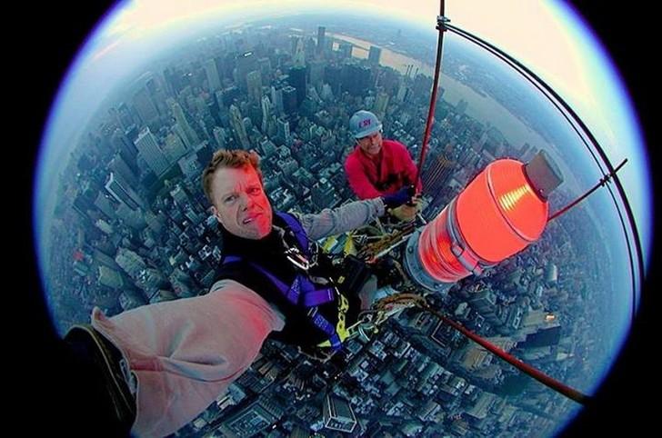 16. Когда меняешь фонари на высоте в сотни метров.