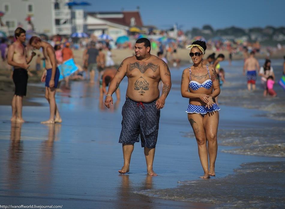 У американцев укоренилось свое понятие пляжной моды. Шорты по колено у мужчин и разнообразие сочетан
