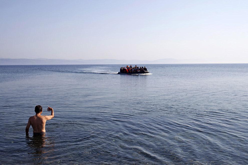 7. Некоторые плывут с маленькими детьми. На удачу. (Фото Petros Giannakouris):
