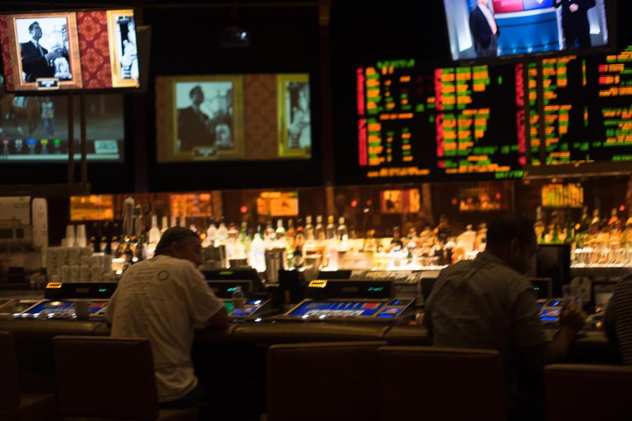 8. Можно даже сесть в баре, пить и играть.