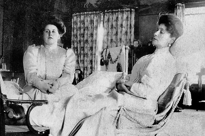 Императрица Александра Фёдоровна и Анна Александровна (слева)  История Анны Вырубовой неверо