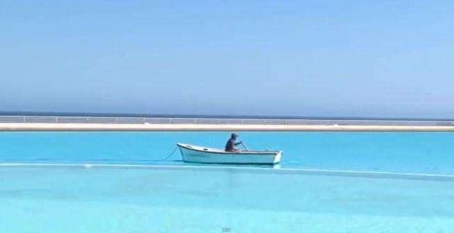 10. При желании в бассейне даже можно поплавать на лодке.