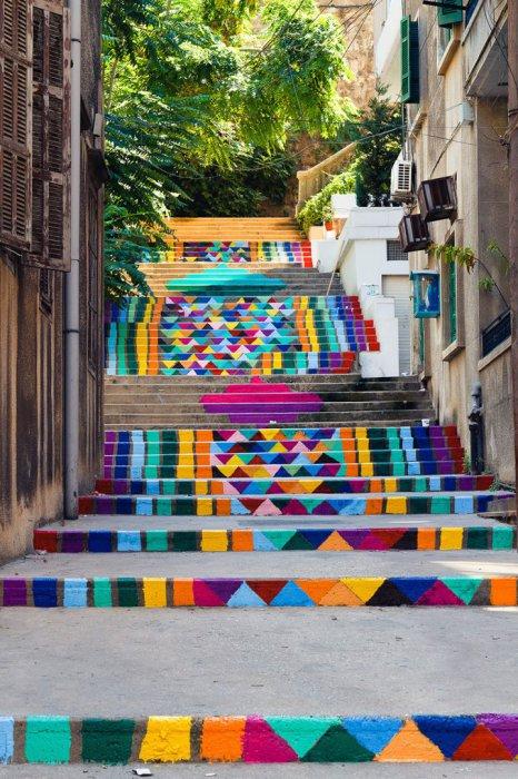 9. Лестница с геометрическим орнаментом (Ливан) Яркая лестница на улице Бейрута.
