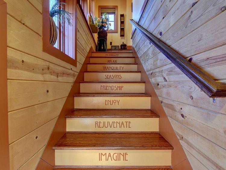 7. Попасть наверх можно по оригинальной лестнице, напоминающей тем, кто по ней поднимается о главных