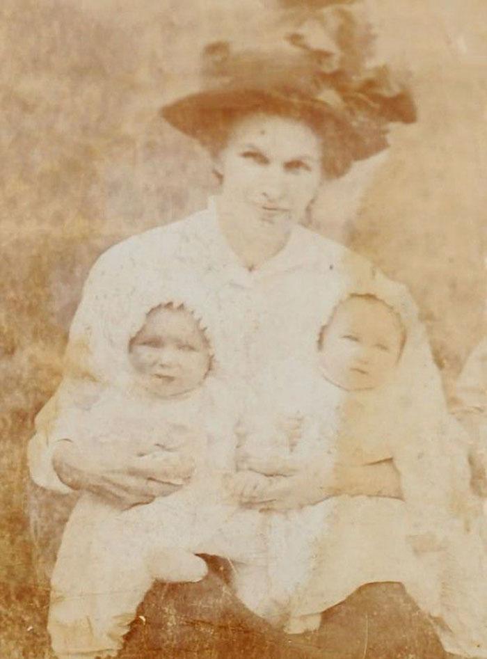 Сестры со своей матерью.