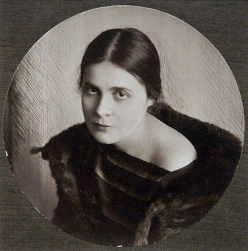 Лиля Юрьевна Брик родилась в 1891 году, в достаточно состоятельной семье московского юриста Юрия Але