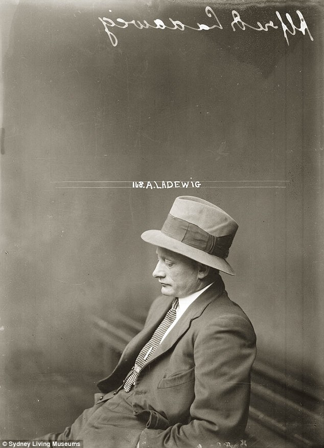 Альфред Ладевиг по прозвищу Крошка (Tiny) был аферистом и карманником, который гастролировал между Б