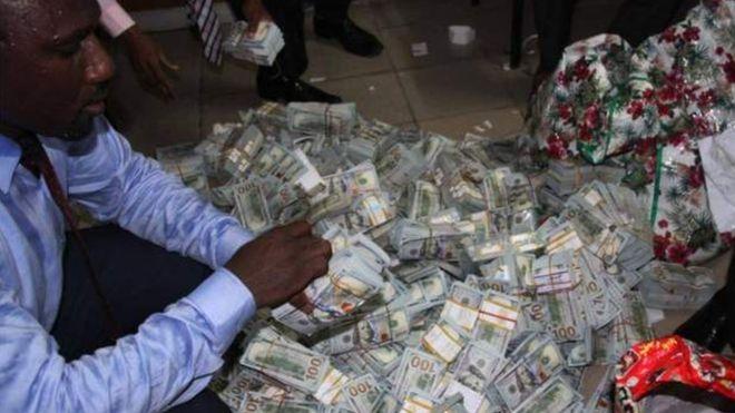 При обыске квартиры в Нигерии нашли более $43 млн. наличными (4 фото)
