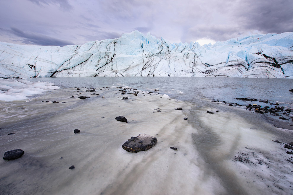 8. Ледник Менденхолл протяженностью около 19 км, расположенный в долине Менденхолл. На его фоне