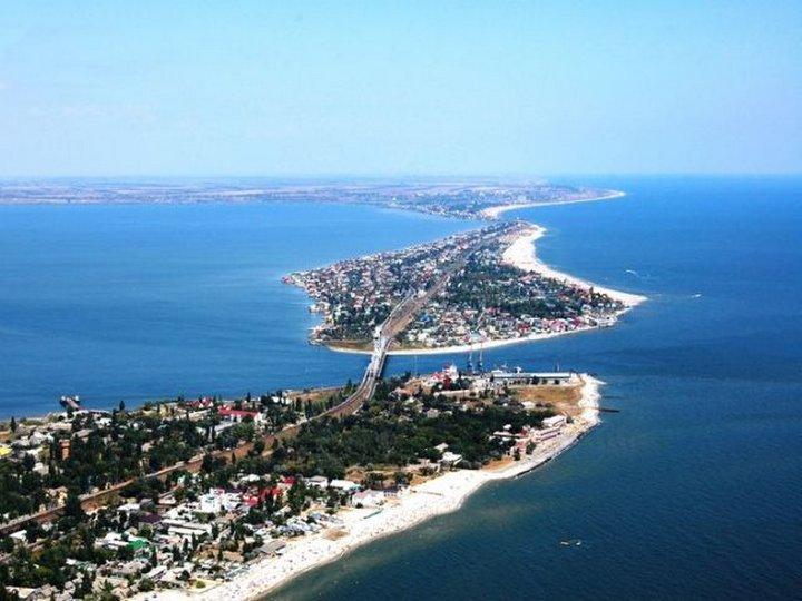 Будакская коса – известный курорт Черного моря. Она представляет собой узкую песчаную полосу, своеоб