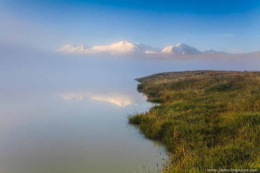 9. Туман несло легким ветром. Он был похож на морские волны, то нахлынет, то отступит вспять. В