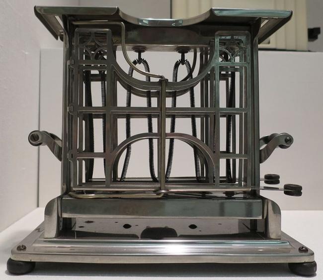 Это первый телевизор, запущенный в массовое производство в 1946 году. Размер экрана сравним, скорее,
