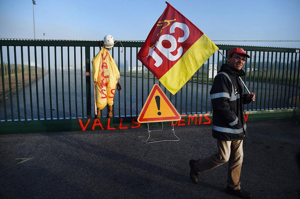 7. Заблокированная дорога на нефтебазу. В последние дни мая во Франции из-за забастовок был отм