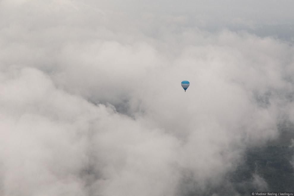 38. В какой-то момент мы тоже вплываем в облако и летим вслепую. Вокруг нас молоко: не видно ро