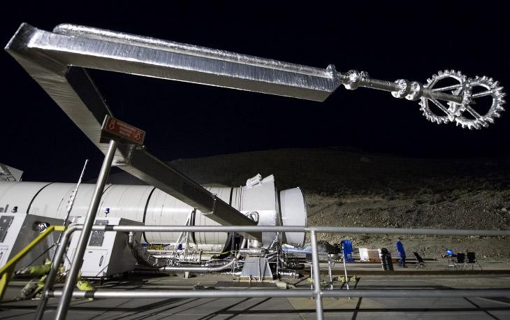 2. Двигатель длиной 47 метров закрепили горизонтально. За действом вышла посмотреть даже Луна, 28 ию