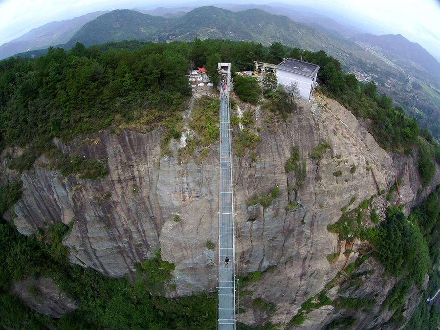 1. На реализацию проекта ушло несколько месяцев, в течение которых 11 инженеров трудились в китайско