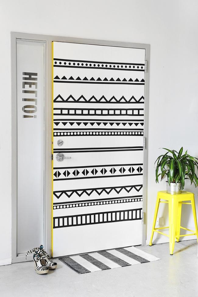 Немного терпения— иобычная белая дверь превращается впривлекающую внимание деталь интерьера. Боль