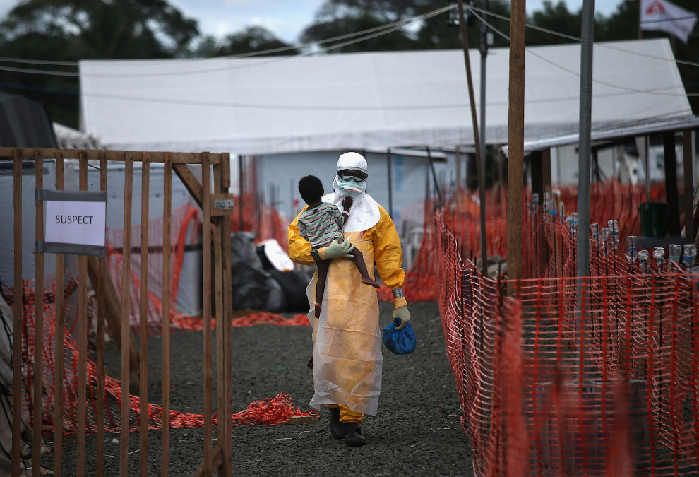 3. Погибшая от вируса Эбола сестра (справа), Либерия. (Фото John Moore   2015 Sony World Photog
