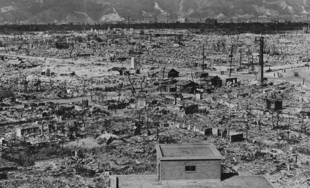 30. Вид Хиросимы и гор на заднем фоне осенью 1945 года. Снимок сделан с развалин госпиталя Красного