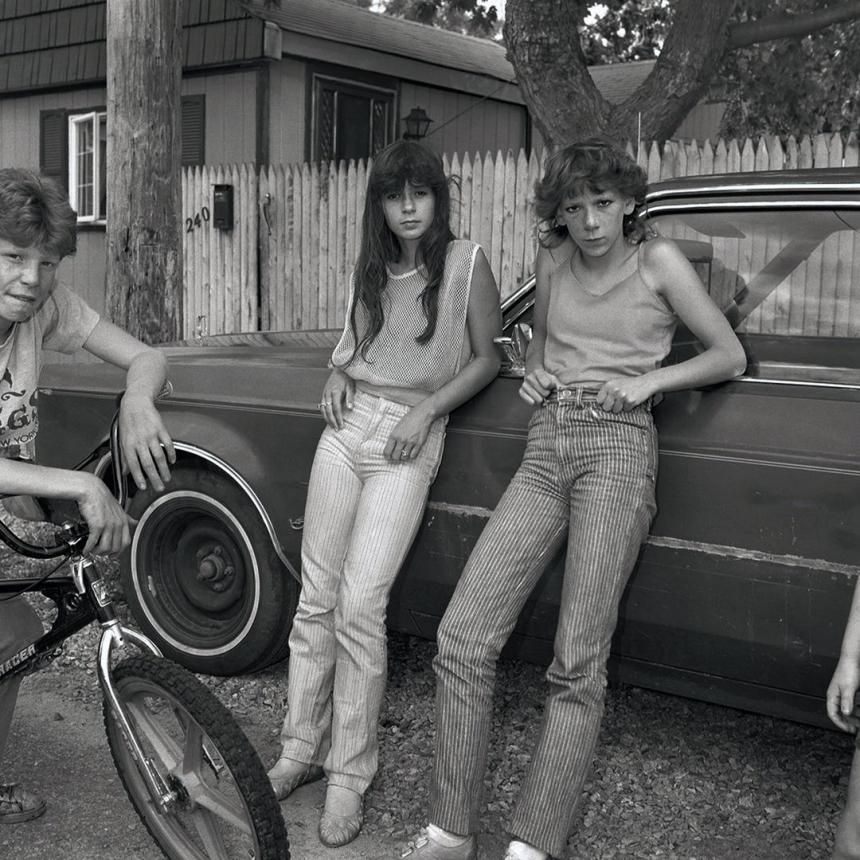 Две девушки с большими колесами. Фото: Кристин Осински, 1983.