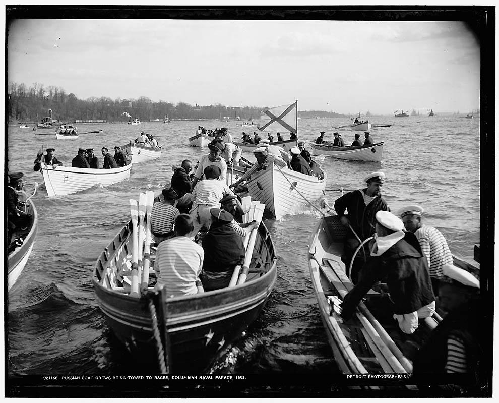 28. Экипажи русских лодок готовятся к гонке во время Колумбийского парада ВМФ.