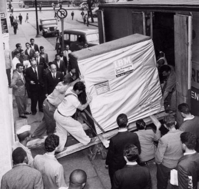 IBM грузят жесткий диск объемом 5 МБ, 1956 год.