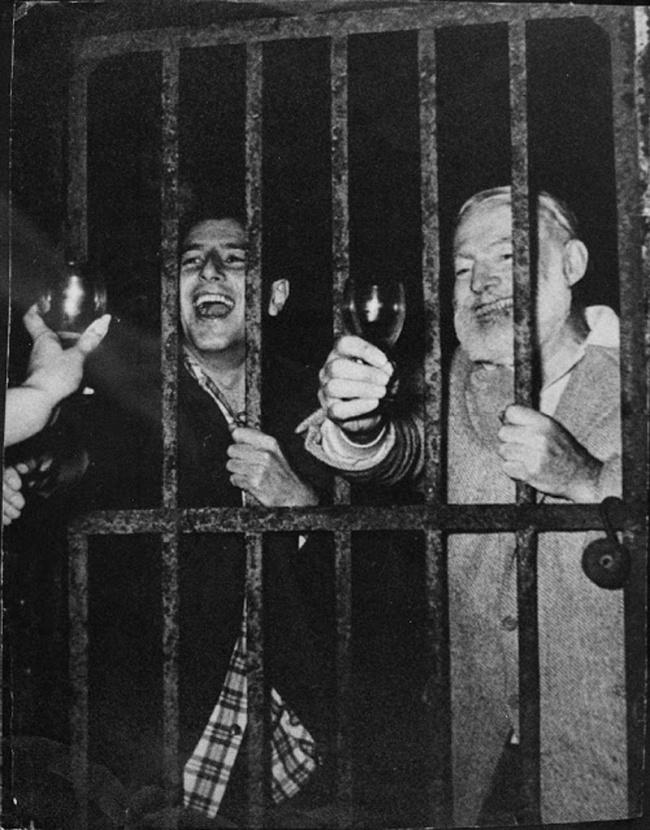 Эрнест Хемингуэй после одной из своих вечеринок.
