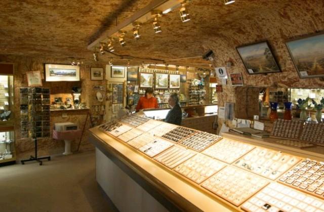 14. Каждый желающий может посетить магазин ювелирных украшений, где можно приобрести добытые здесь ж