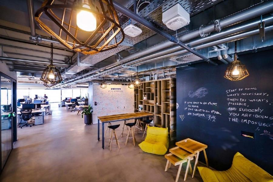 3. Необычный дизайн интерьера в стиле лофт имеет офис Facebook в Тель-Авиве