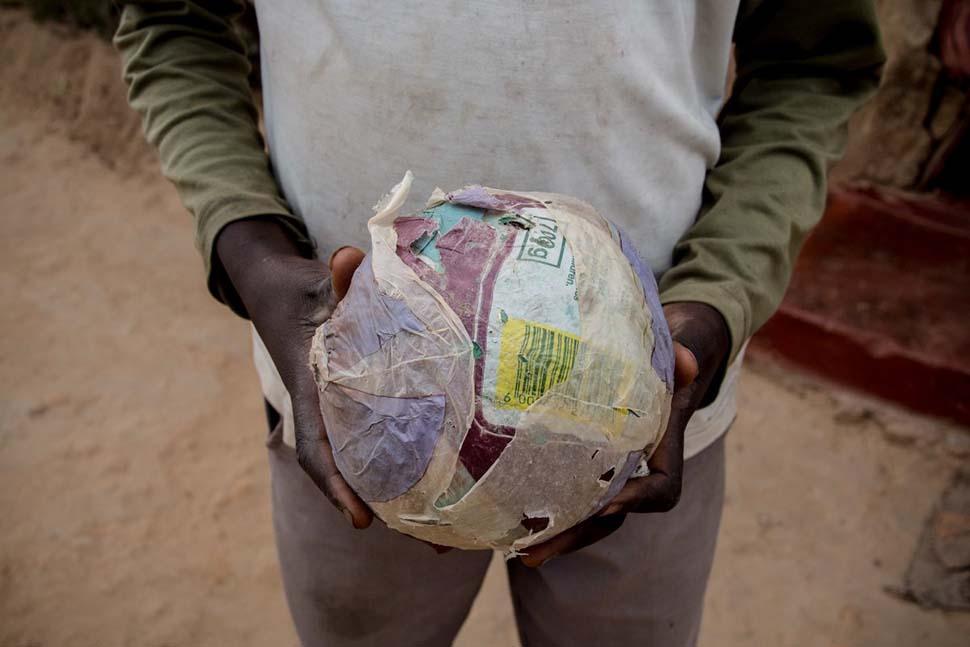 Зимбабве, семейный доход — 34 доллара на взрослого в месяц. Любимая игрушка — самодельный мяч.