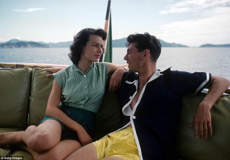 Пара отдыхает на яхте.