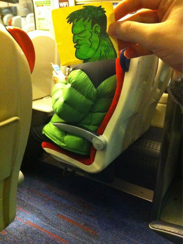 Quand un illustrateur s'amuse a remplacer les tetes des autres passagers avec des visages de cartoon…