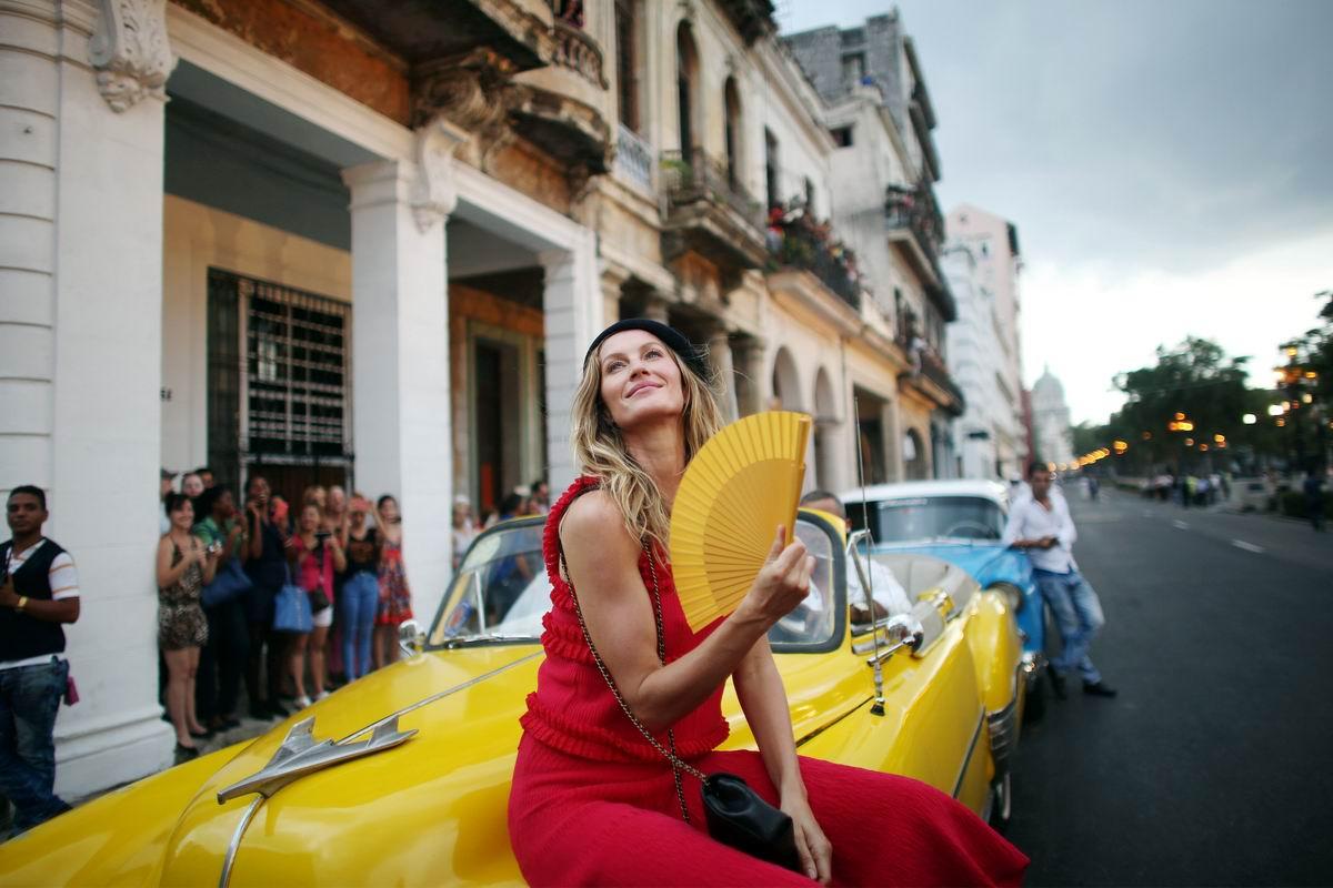 Привет из старой Гаваны: Дама с желтым веером на фоне желтого авто