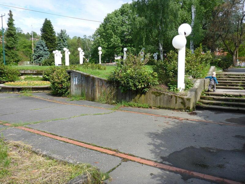 старая часть парка с круглыми белыми фонарями в Врнячка Баня