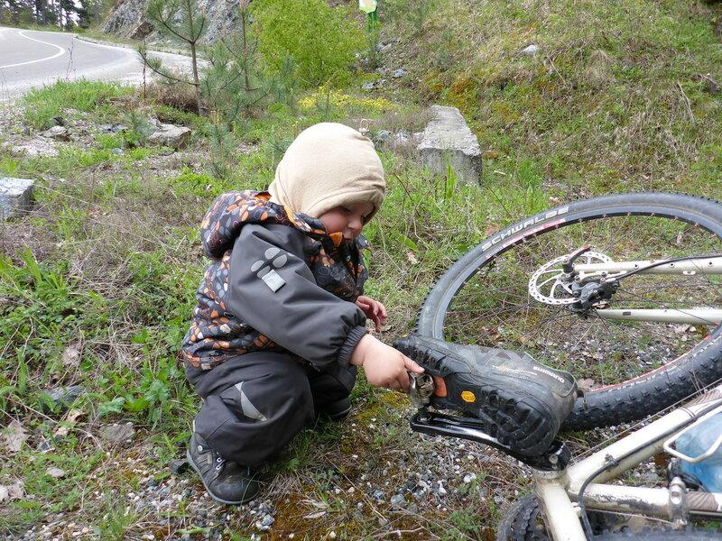 ребенок и ботинок в контактных педалях велосипеда