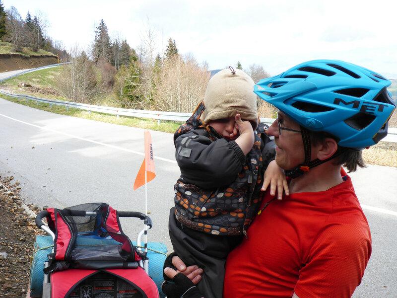 ребенок проснулся после дневного сна в прицепе в велопоходе