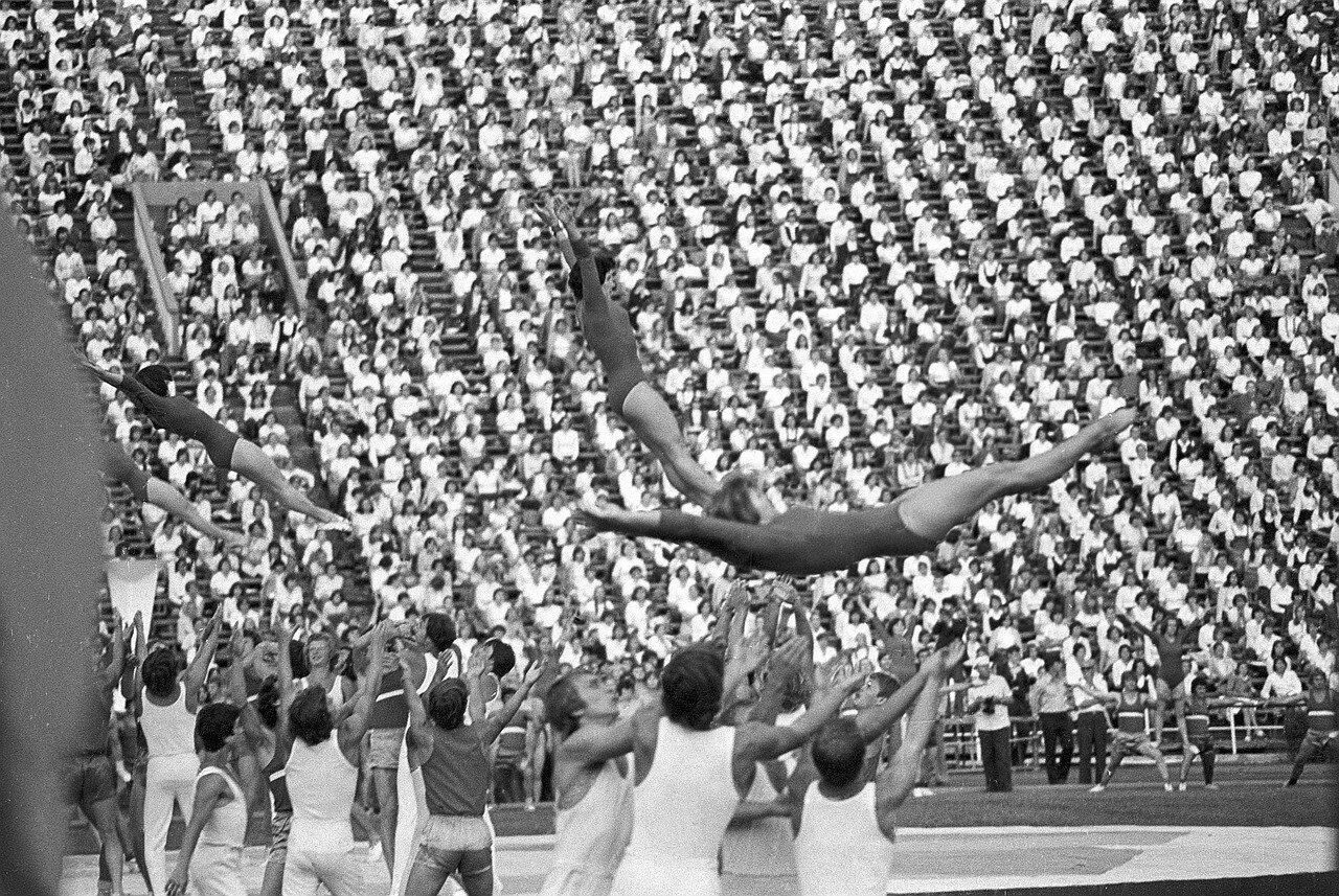 Гимнастки во время выступления на церемонии открытия Фестиваля