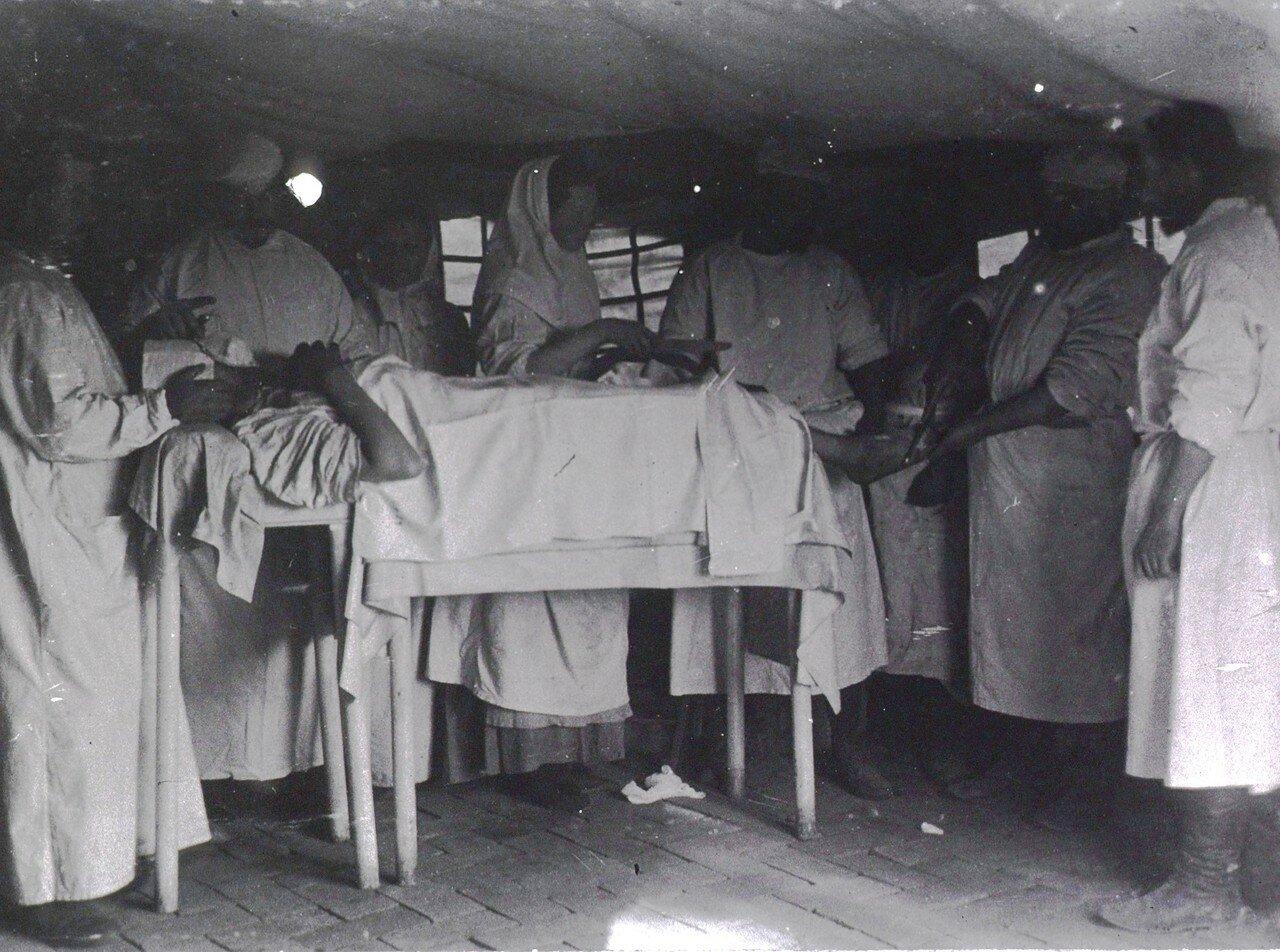 Хирурги, работающие над пациентом в операционной  Мукденского полевого госпиталя японской 5-й дивизии