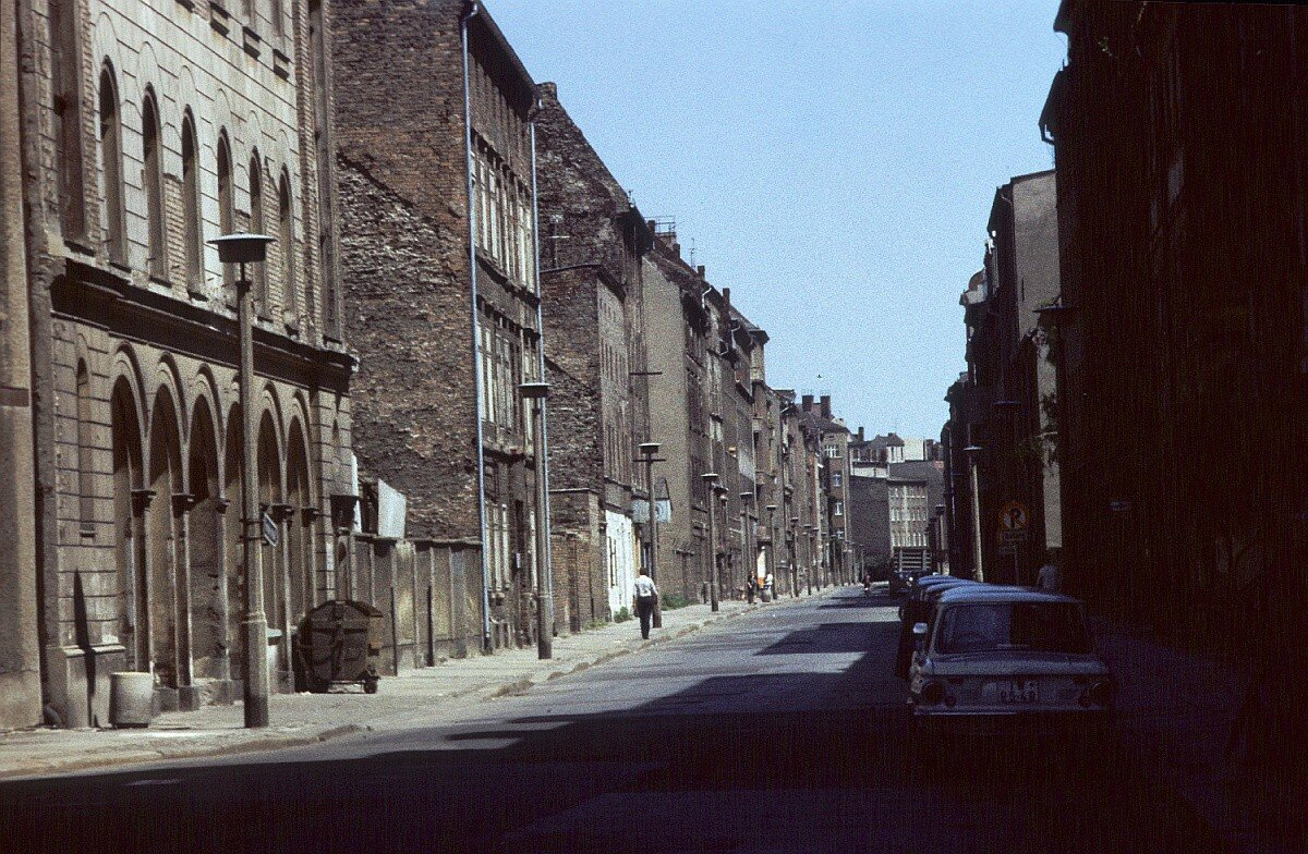 Линиенштрассе с полуразрушенными зданиями рубежа веков