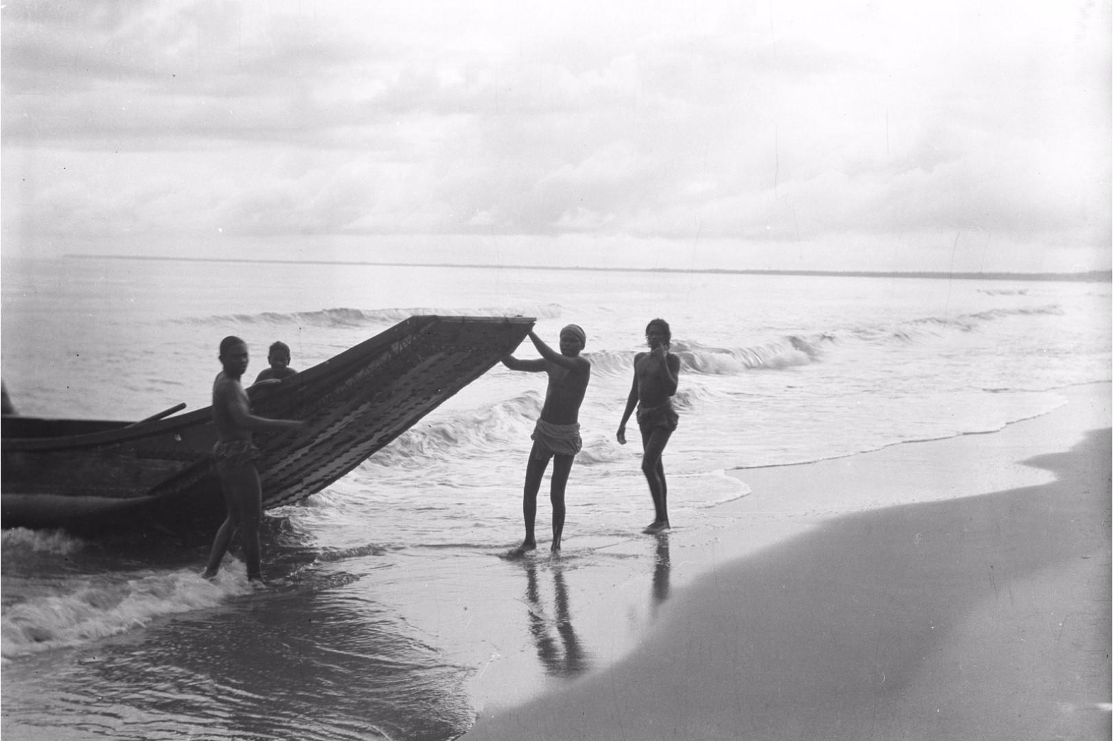 272. Калкуда. Рыбаки вытягивают лодку на берег