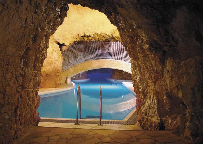 Термальные купальни Мишкольцтапольца чаще всего посещают ради развлечения