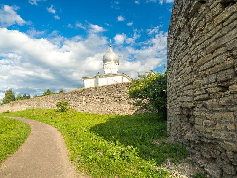 Стена окольного города, возведена в XVI в. взамен деревянной.