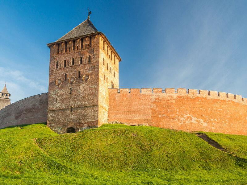 Стена Детинца и Дворцовая башня.