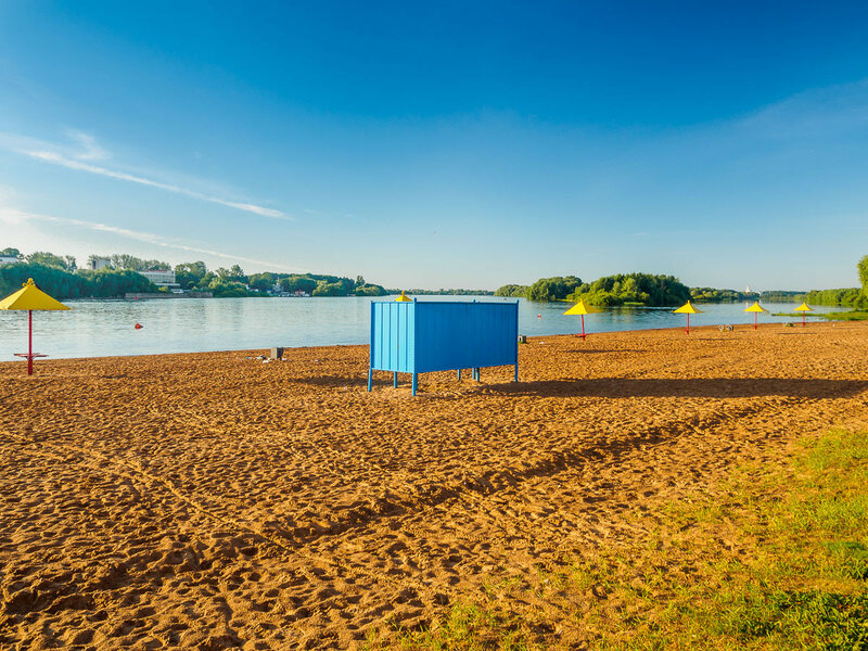 На берегу Волхова организован настоящий пляж.