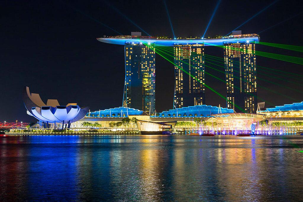 """Вечерний Сингапур. Отель """"Марина Бэй Сандс"""". Лазерное шоу на набережной Marina Bay."""