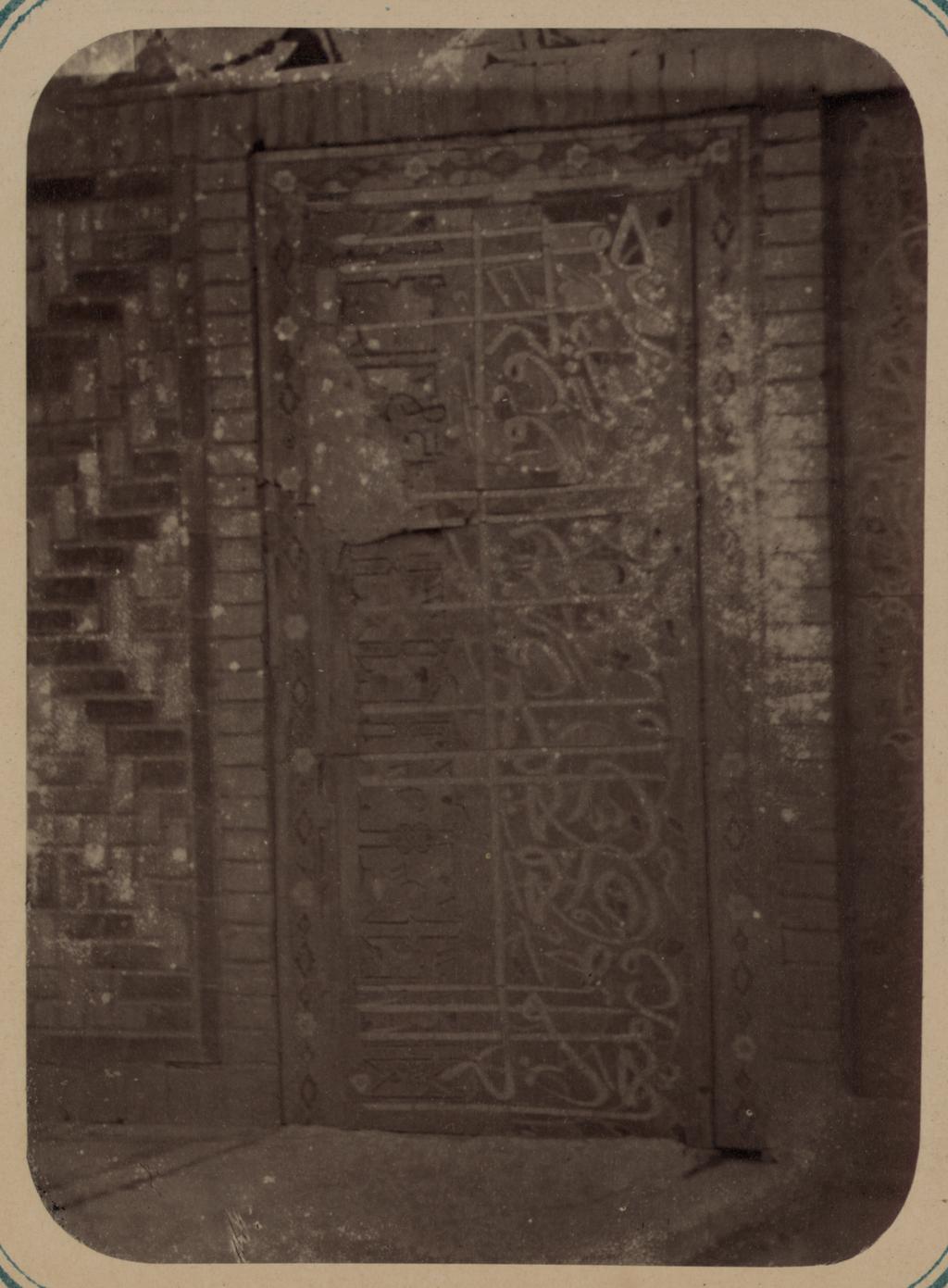 Надпись на правой панели входной ниши
