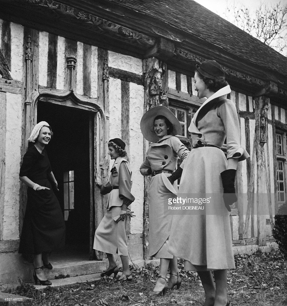 1950. Модели Кристиана Диора перед домом